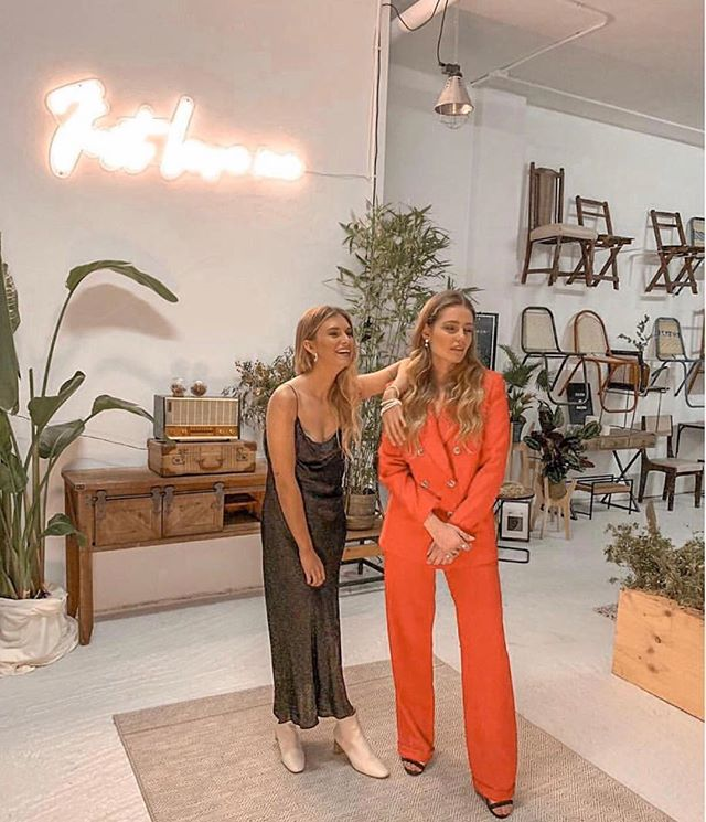 Preciosas @yolijjumper y @rebecaecz en la @lateresina_showroom por @donkeycool @diana_fraga_l para @lavozdegalicia con nuestras joyas y los diseños preciosos de @on_atlas <a href=