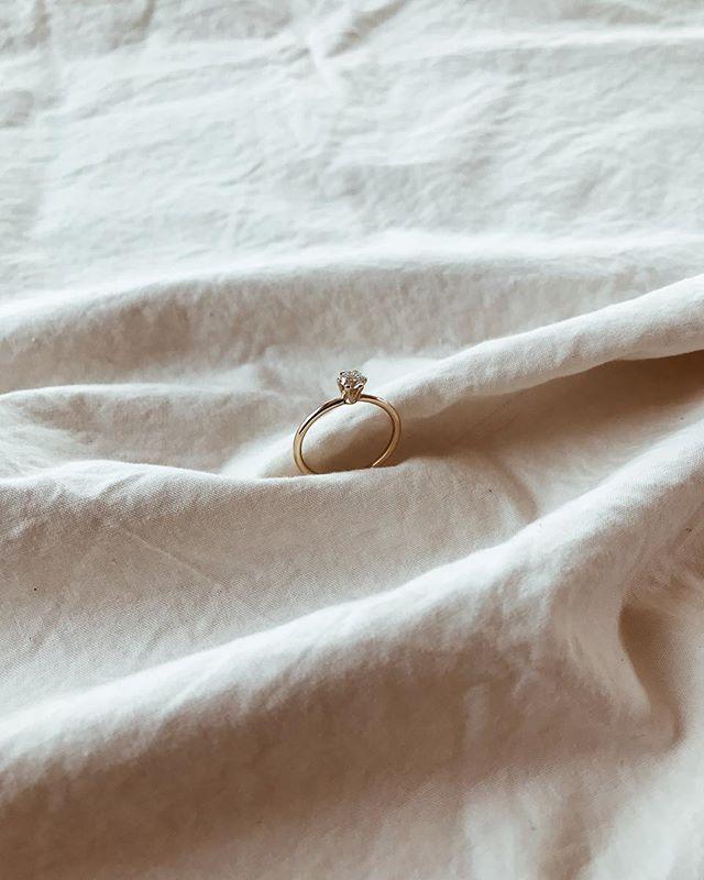 Said that yes! No sabéis la ilusión que nos hace formar parte de vuestras historias de amor! Es un placer poder sellar con nuestras alianzas uno de los días más bonitos que una pareja pueda vivir, pero aún más poder empezarlo! Anillo de compromiso realizado en hilo redondo de <a href=
